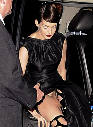 Anne Hathaway wordrobe malfunction